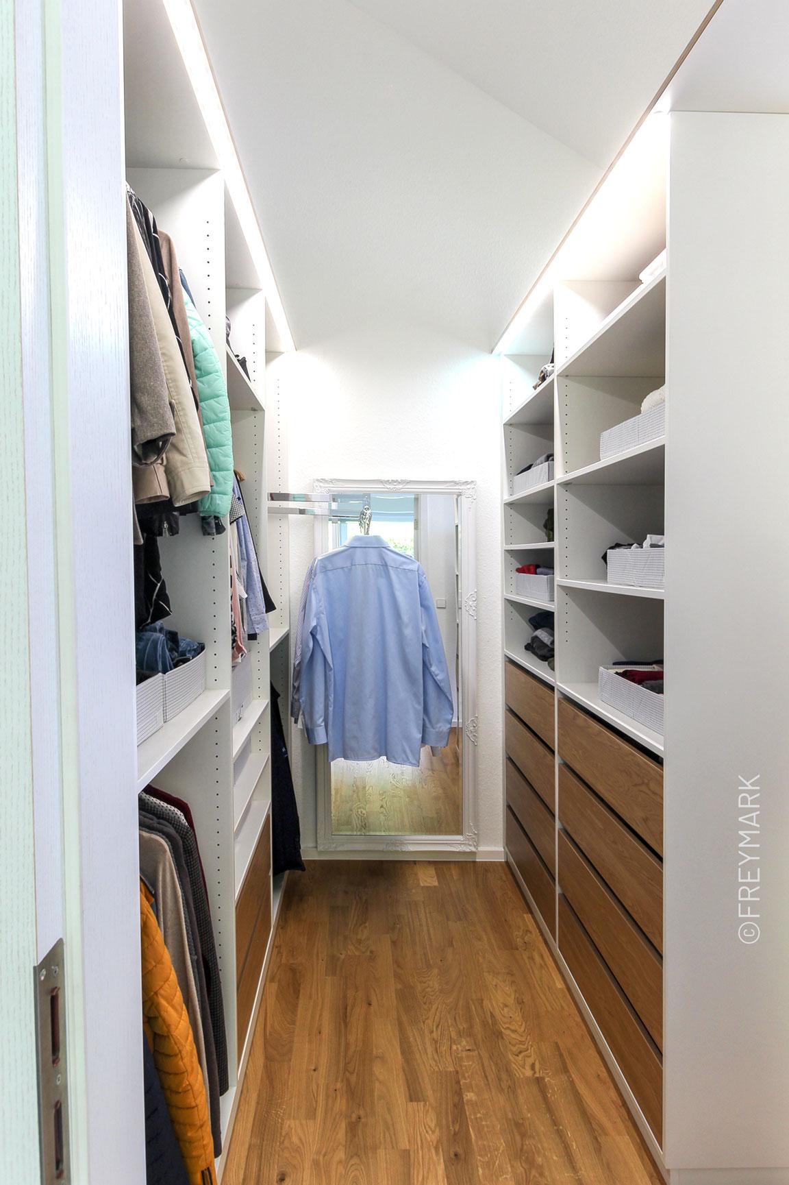 Schreinerei Freymark Freiburg begehbarer Kleiderschrank Schlafzimmer Kleiderlift
