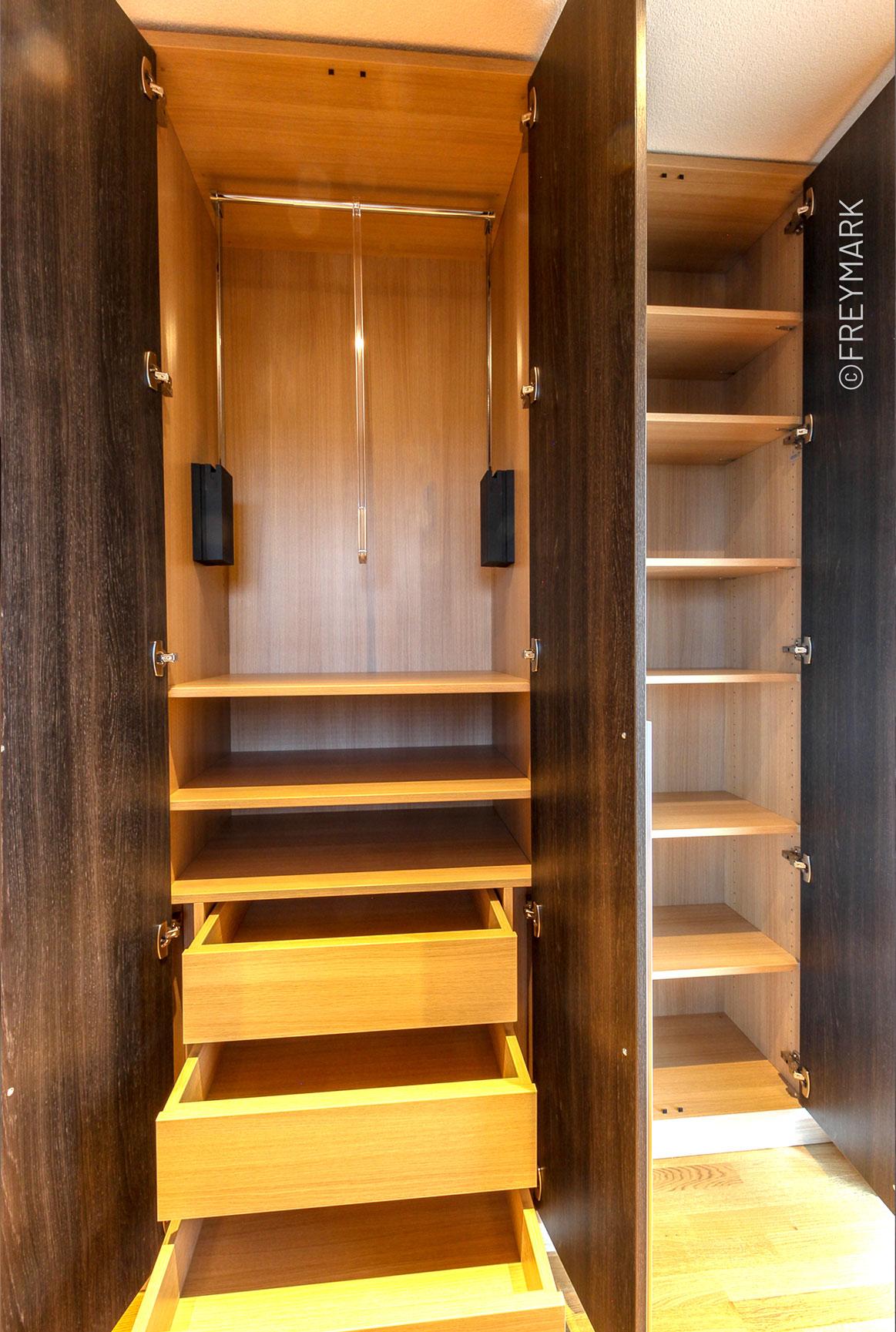 Foto der Inneneinteilung eines Kleiderschrankes mit Kleiderlift aus der Schreinerei Freymark in Freiburg
