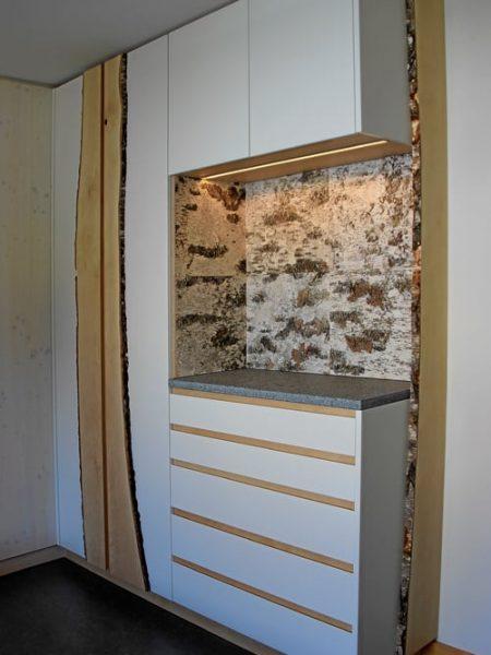 Referenzen finden Sie in der WohnWerkstatt, wie zum Beispiel diesen Einbauschrank vom Schreiner mit grifflosen Türen und Schubladen