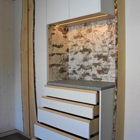 Einbauschrank vom Schreiner mit grifflosen Türen und Schubladen