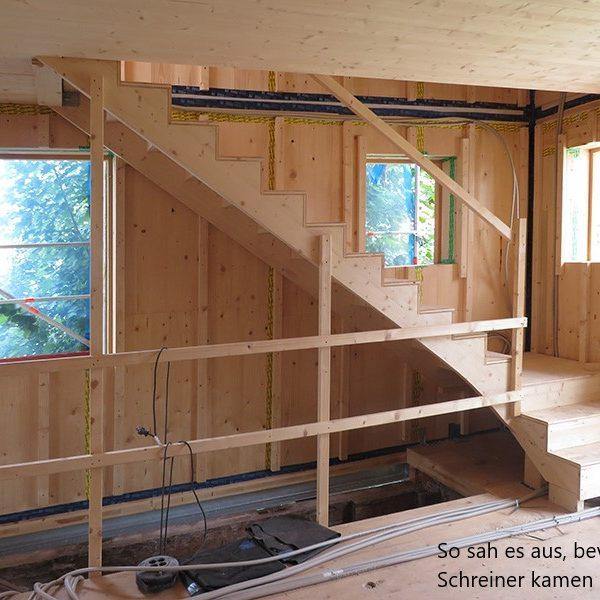 Eine Treppe im Rohbau, bevor die Schreinerei Freymark den Raumteiler einbaute