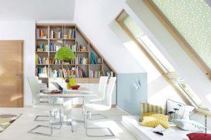 Regal für Bücher unter der Dachschräge in eine Nische eingepasst